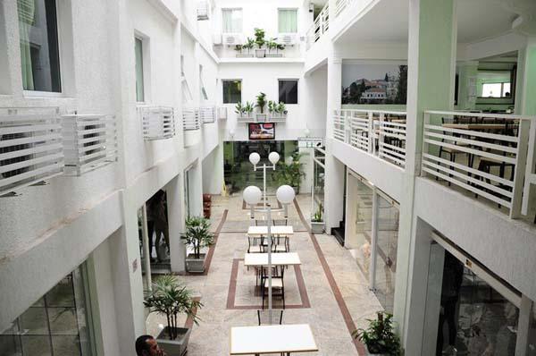 espaço com mais de 150 lojas do hotel family no brás