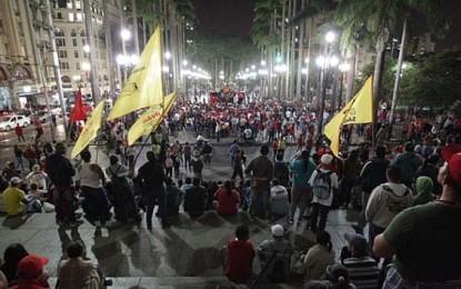 Sem-teto protestam em frente à Câmera Municipal e acaba em tumulto