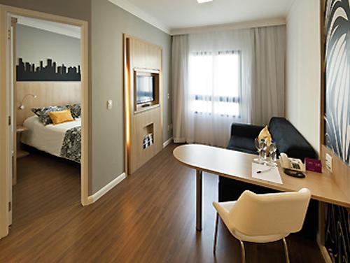 quarto com sala de estar do Hotel Mercure São Paulo Pinheiros