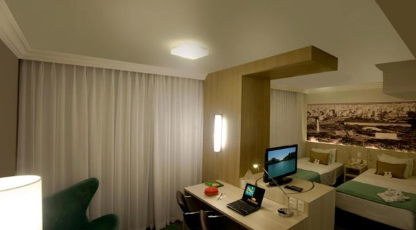 quarto com tv LCD e duas camas no Hotel Quality Suites Imperial Hall