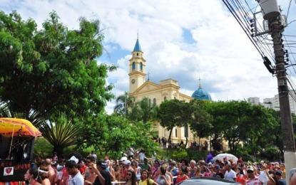 Bloco de carnaval faz ensaio aberto