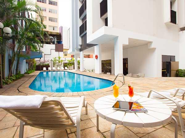 área ao ar livre com piscina no hotel la residence paulista