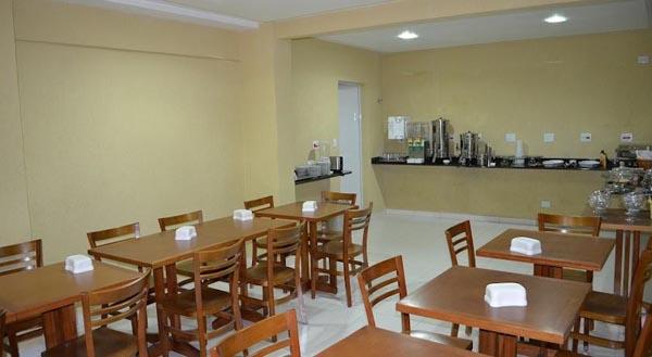 espaço para café da manhã no hotel calstar