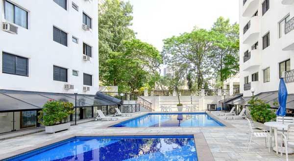 área ao ar livre do hotel ez aclimação com piscinas adulto e infantil