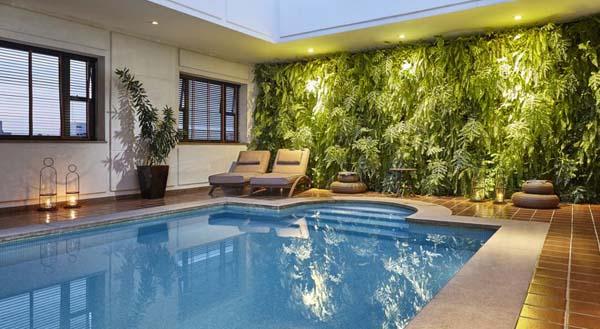 espaço de lazer com piscina no L'Hotel Porto Bay São Paulo