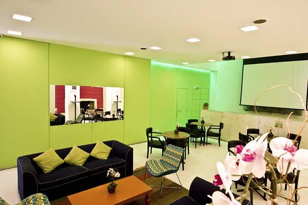área de convivência com telão do normandie design hotel