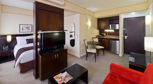 sala, cozinha e quarto no staybridge suites