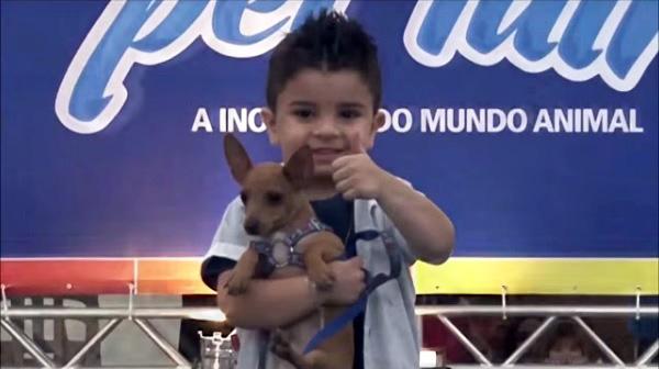 menino desfila com seu pet durante a pet fair de são josé dos campos