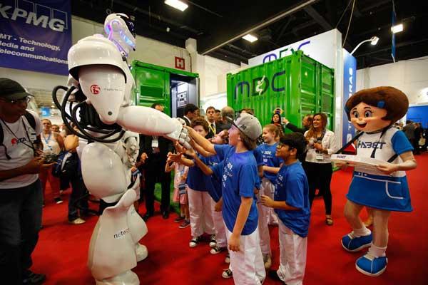 crianças divertem-se com robô na futurecom