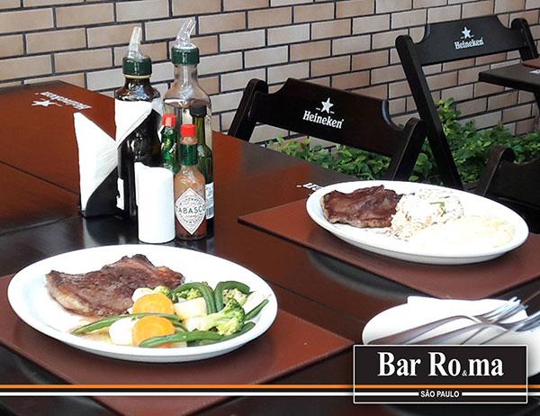pratos com filé em mesas na rua no bar, restaurante, tabacaria e charutaria roma