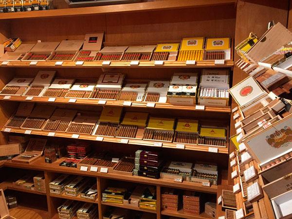 prateleiras com charutos no clube de cigarros Europa Cigar Lounge