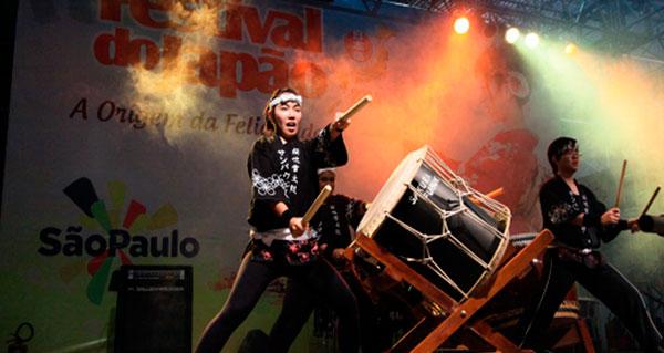 ritmo de tambores gigantes do taiko anima o festival do japão