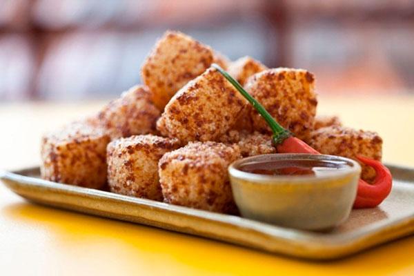 dadinhos de Tapioca com queijo-de-coalho dourado e molho especial de pimenta agridoce