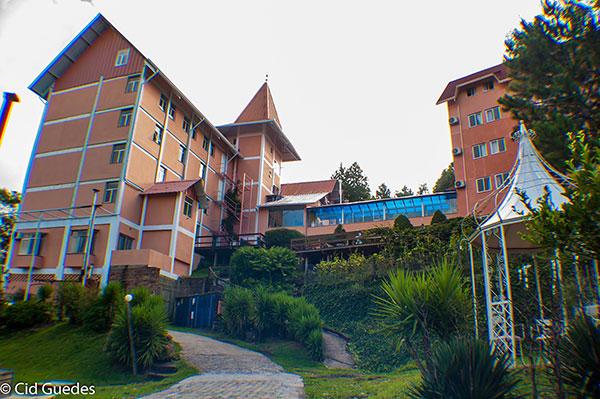 dois prédio de cinco andares em ampla área verde de 12.000 m²