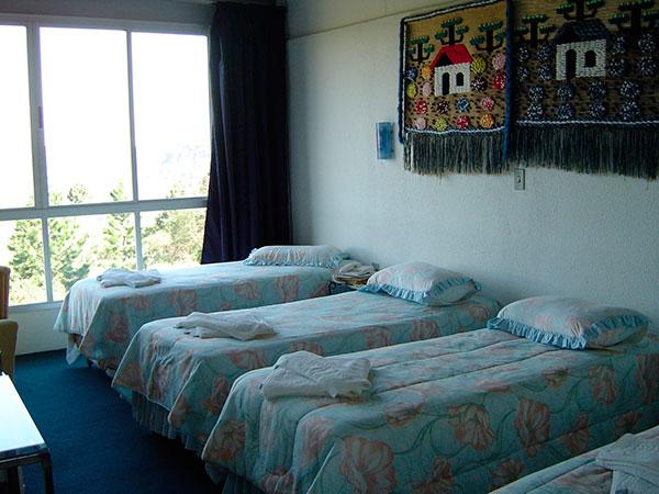 quatro camas de solteiro em quarto de hotel em gramado no rio grande do sul