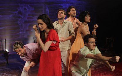Representação teatral da obra dos Beatles no Teatro Folha