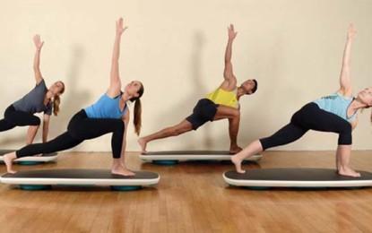 Aula funcional de surf com ioga para fortalecer os músculos